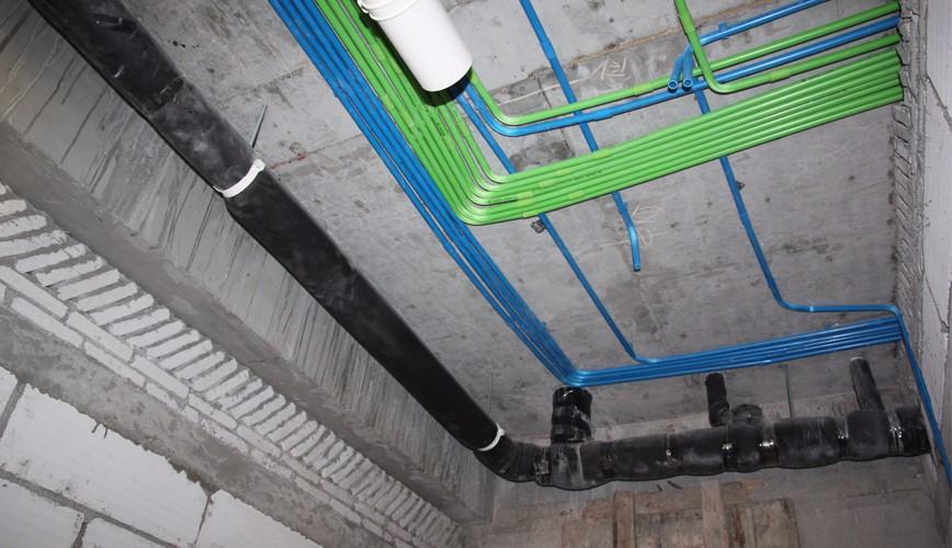 誉巢别墅装饰13项装修工艺,环保实用性强 一、地面处理 环保优质防水墙三遍,墙面贴防裂玻璃铁丝布,专用红外线检测,性价比突出,环保性强,能够有效避免墙面细微裂纹。专用红外线水准仪检测,更苛刻的保证墙面平整度及垂直度,使用寿命及质量等级突出,大大提高室内效果。  二、吊顶工艺 采用中德合资可耐福系列吊顶材料,避免了变形问题及木龙骨的虫蛀问题。顶屑采用专用保温挤塑板。对豹纹、隔音等方面进行科学专业的处理。 三、地面处理 地下室专业防潮功能处理,中法合资拉法基水泥沙浆干普法施工。铺装地砖抗压强度高,造价低,铺装