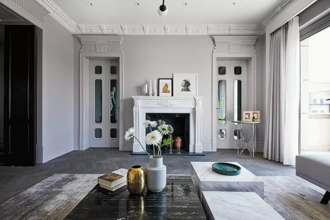 壁炉是家中的重要装饰,它与顶灯,茶几形成了良好的互动,为生活增添了